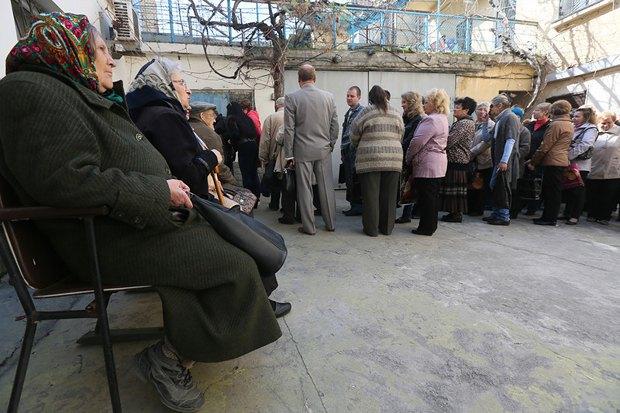 Севастопольцы в очереди на оформление российских расспортов