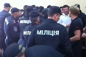 Из-за драки в суде госпитализированы два милиционера