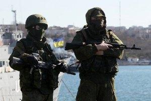 Российские военные устанавливают пулеметы на аэродроме в Саках