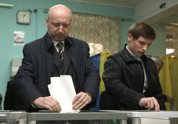 Александр Турчинов голосует вместе с сыном Кириллом