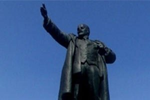 Милиция задержала подростка, нарисовавшего цветок на памятнике Ленину