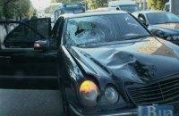 В Киеве Mercedes на полосе общественного транспорта сбил пешехода
