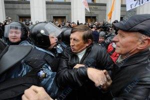 Митингующие вновь пошли на штурм Рады