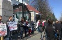 В Киеве пикетируют здание Министерства обороны