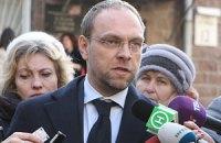 Власенко: нельзя проводить суд в камере