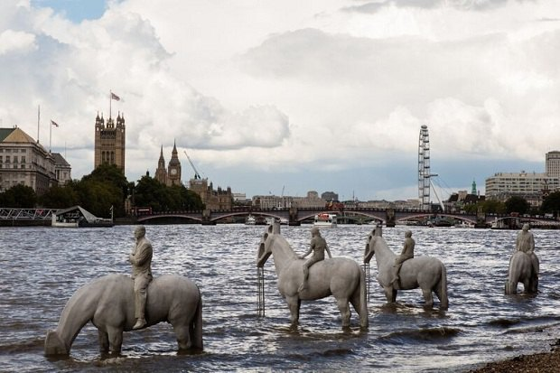 """У Лондоні двічі на день з Темзи з'являються """"вершники промислового апокаліпсису"""" (фото)"""