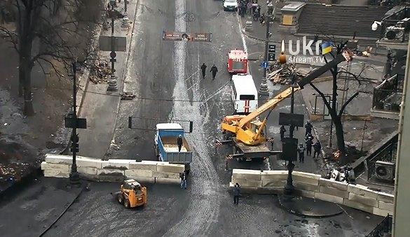 Милиция строит баррикады на Грушевского