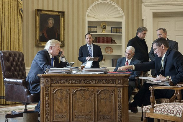 Дональд Трамп говорит по телефону с Владимиром Путиным. В кабинете присутствуют (слева направо): глава аппарата Белого дома Райнс Прибус, вице-президент Майк Пенс, старший советник Стивен Бэннон, пресс-секретарь Шон Спайсер и советник Майкл Флинн