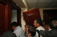 """Активисты от """"Свободы"""" выломали двери в зал заседаний Киевсовета (ДОБАВЛЕНЫ ФОТО)"""