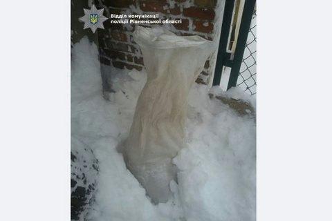 Шикарная находка: житель города Ровно нашел наулице мешок сянтарем