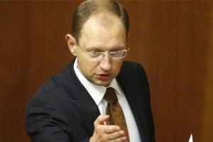 """Яценюк назвал провокацией снежный """"обстрел"""" депутатов от ПР"""