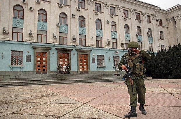 У здания Кабинета министров Крыма