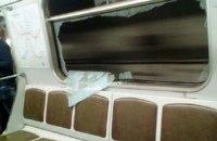 Киевлянин отдал деньги за разбитое окно в вагоне метро
