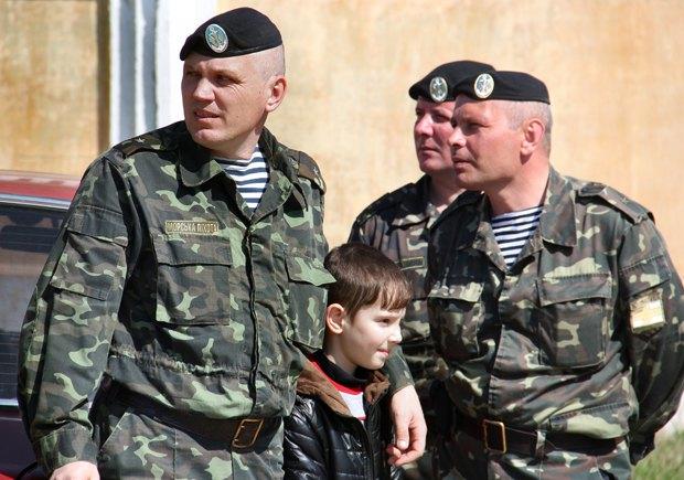 Замполит Алексей Никифоров с сыном и сослуживцами перед тем, как покинуть свою часть в Керчи