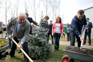 Янукович посадил в детдоме ель, подарил мячи и пылесос