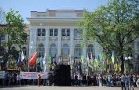 Под Харьковским судом возникла потасовка