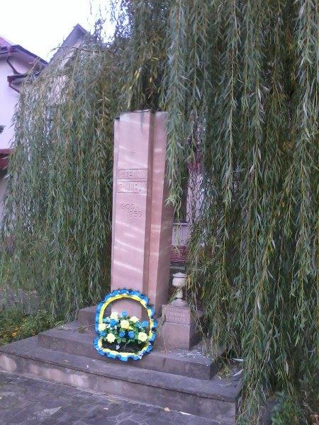 В Тернопольской области вандалы разрушили памятники Бандере