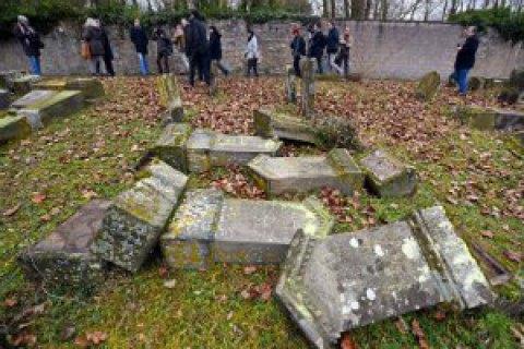 Вице-президент США взял в руки метлу: Майк Пенс и волонтеры восстанавливали еврейское кладбище после нападения вандалов