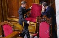 Опозиціонери тримають в облозі трибуну парламенту