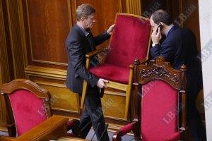 Оппозиционеры держат в осаде трибуну парламента