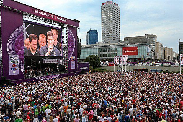 Нападающий польской сборной Роберт Левандовски выступает перед болельщиками в фан-зоне в Варшаве