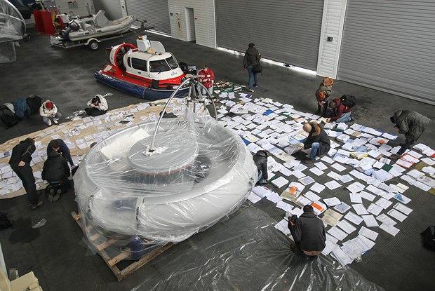 Журналисты изучают найденные документы