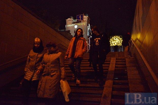 Световая инсталляция заменила Ленина напостаменте вцентре столицы Украины