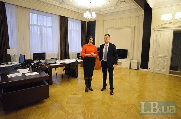 Ранее в кабинете Якименко размещались огромные плазмы, на которые выводилась прямая трансляция происходящего на Майдане. В том числе, в самые кровавые дни