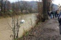 В Рахове автомобиль Mercedes слетел в реку Тиса