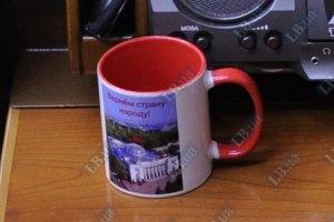 Коммунистам к Дню защитника подарили чашки с красным флагом на Верховной Раде