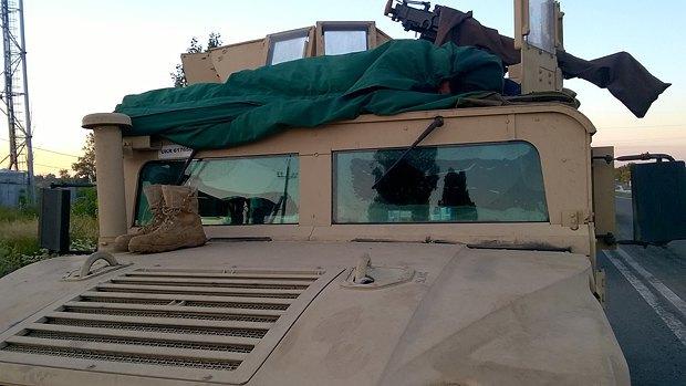 Спящий <<енот>> на крыше хаммера сводной мобильной группы