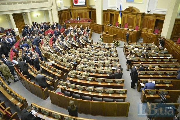 Общий вид зала заседаний. Слева - ветераны Красной армии, посередине - бойцы АТО, справа - ветераны УПА