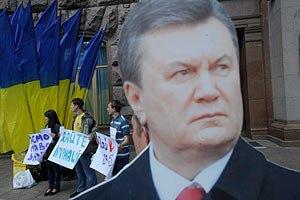 Янукович попозировал для портрета по заказу Азарова