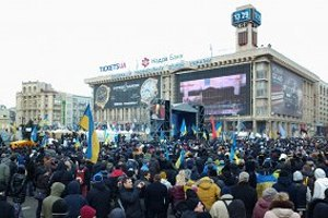 На Майдане укрепляют баррикады