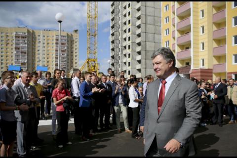 Порошенко вручил ключи от новых квартир сотрудникам СБУ
