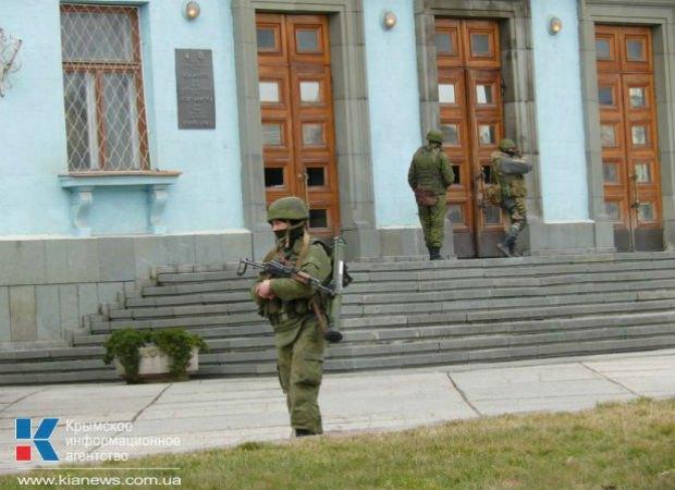 Военные с автоматами полностью оцепили центр Симферополя