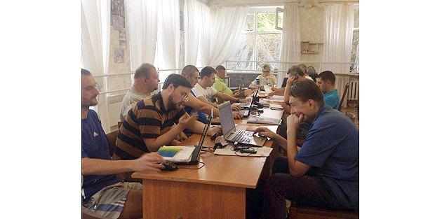 Окружная избирательная комиссия №114 никак не может начать заседание, в центре - заместитель председателя ОИК Оксана Вурин,16 июля, 2016 года. До выборов остается меньше суток.