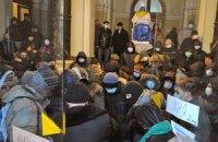 """В захваченной львовской ОГА - стычки между активистами и """"Свободой"""""""