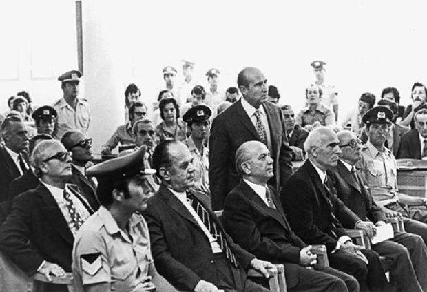 Пападопулос, Паттакос, Макарезос та Іоаннідіс(стоїть) під час суду