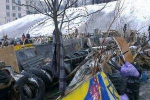 На Майдане восстанавливают баррикады