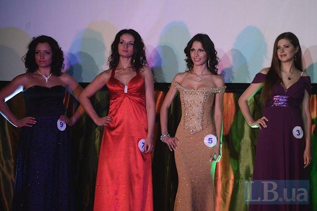 Номер 7 — Елена Килимова, рядом в телесном платье крымчанка Гульнара, крайняя справа — Мисс Пенитенциарная служба 2012 Марина Грошовик из Сум