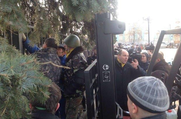 Турчинов поручил демонтировать забор вокруг Рады