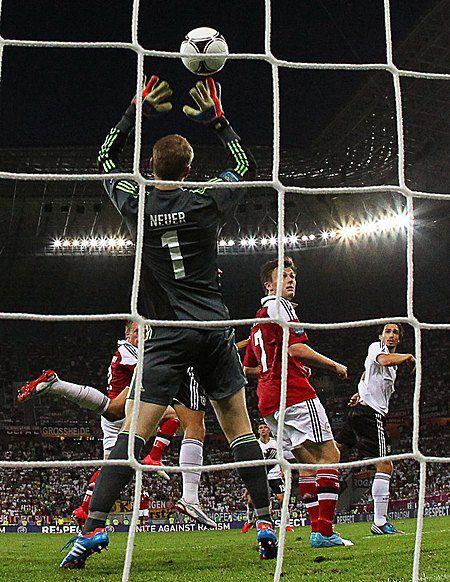 Микаэль Крон-Дели забивает гол во время матча Дания-Германия