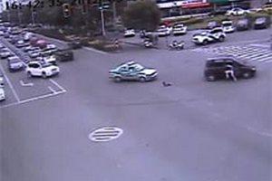 Китаєць вистрибнув на ходу з машини, щоби врятувати випалу дитину