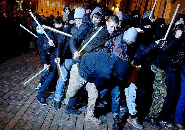Молодые люди тренируются отбиваться при нападении силовиков