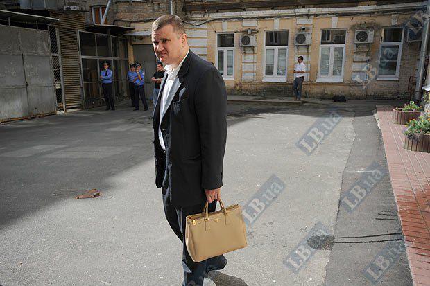 Охоронець Тимошенко з її сумочкою у дворі Печерського суду