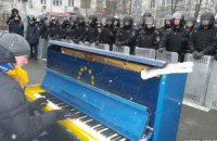 Под Администрацией президента активисты установили пианино