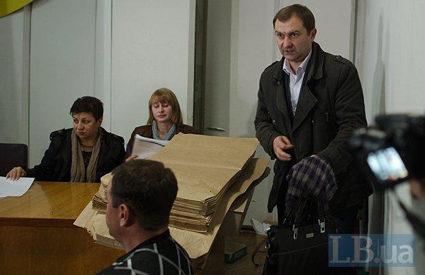 Справа - председатель Красноармейского избиркома Олег Смаль