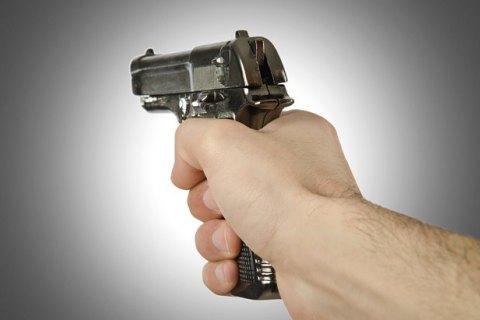 Преступник выстрелил вшею полицейскому