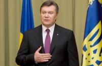 Януковичу передали в подарок 60-литровую бочку с вином